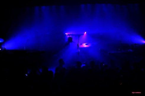 Fumaça preenche o palco antes da banda entrar